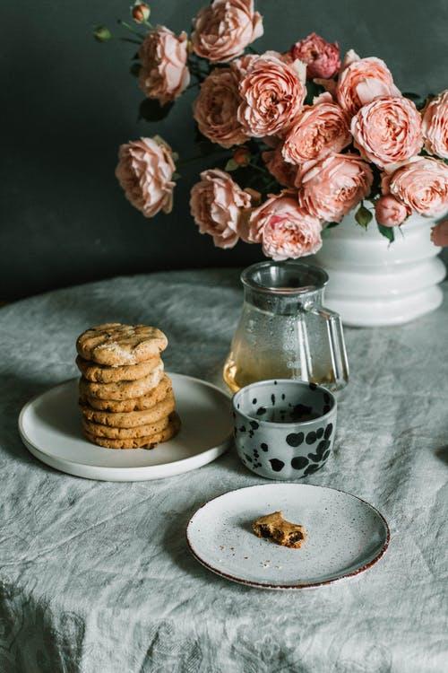 sušenky, stůl, květiny